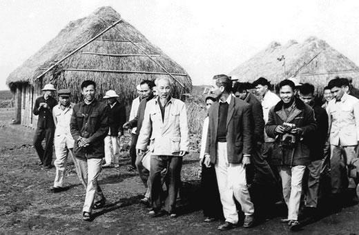 Bác Hồ thăm nhân dân xã Nam Cường