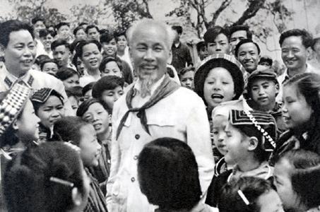 Dong bao cac dan toc thieu so Viet Nam trong trai tim Bac Ho4