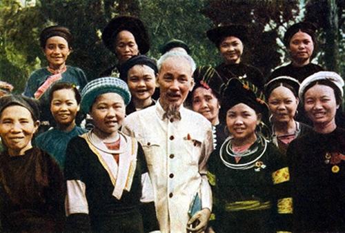 Dong bao cac dan toc thieu so Viet Nam trong trai tim Bac Ho anh 1