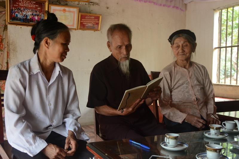 Cụ Nguyễn Văn Bỉnh xem lại những tư liệu về Bác Hồ